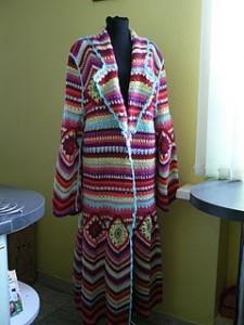 Яркое пальто вязанное крючком