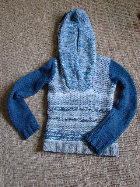 Вязаный свитер с капюшоном.